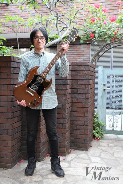 完成したギターを持つMusiMagicの吉原さん(よっちゃん)