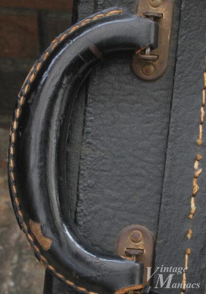 ハードケースのブラックのレザーハンドル