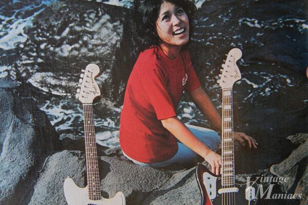 波打ち際のギターと女性