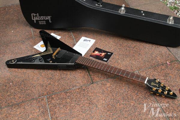 地面に置いた7弦のフライングV